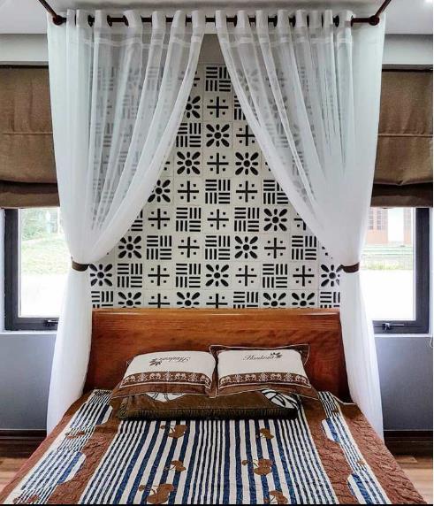 Không gian phòng ngủ nổi bật với gạch thông gió đầu giường.