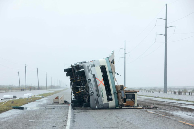Một chiếc ô tô tải lật úp trên đường.