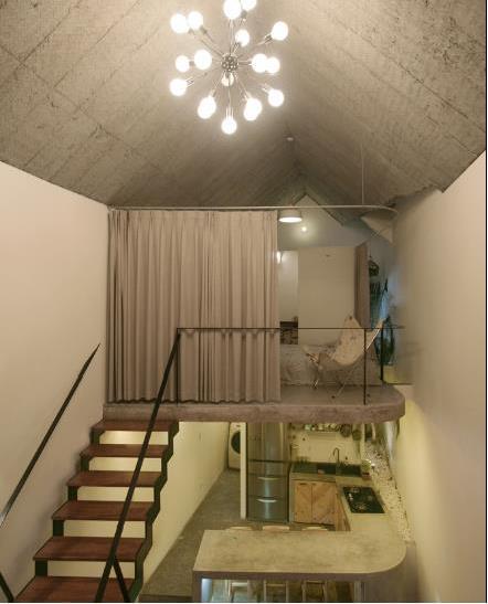 Dù không có tường bao quanh phòng ngủ nhưng khi cần sự riêng tư chủ nhà có thể kéo tấm rèm dày xung quanh lại.