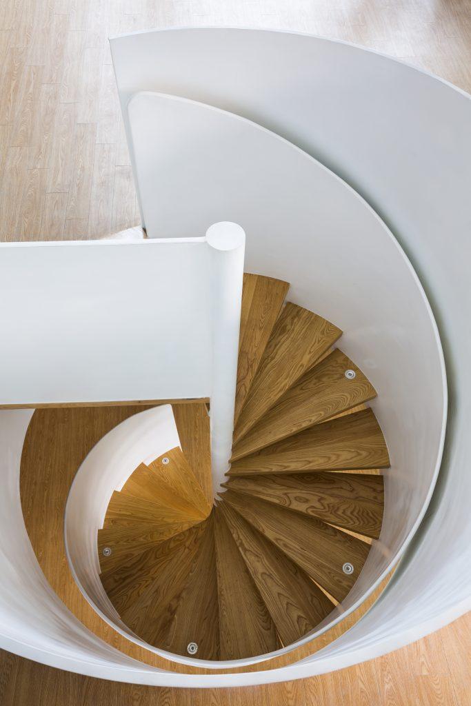 Chiếc cầu thang gỗ hình xoắn tuyệt đẹp dẫn lên tầng 3.