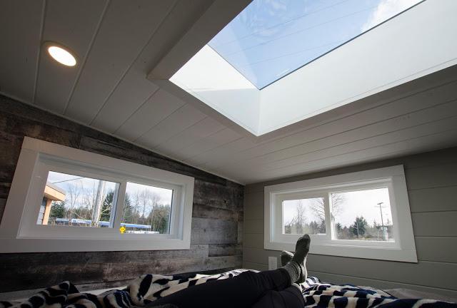 Nhờ thiết kế đặc biệt này mà nằm trong nhà gia chủ cũng có thể ngắm sao trời, nghe tiếng mưa và nhìn thấy được từng chuyển động của thời tiết bên ngoài.