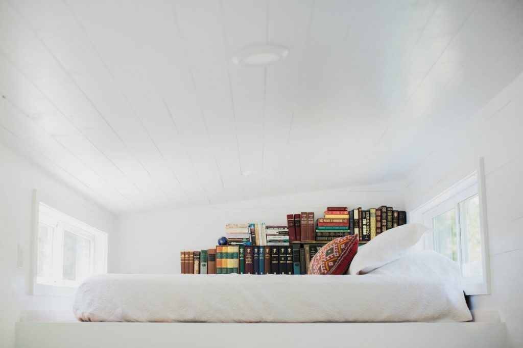 Là những người rất yêu sách nên trên phòng ngủ của họ là cả một kệ đầy sách là sách. Góc nghỉ ngơi này cũng được thiết kế đặc biệt với toàn bộ tông màu trắng sáng và cửa sổ rộng lớn tràn ngập ánh sáng để chủ nhà đọc sách.