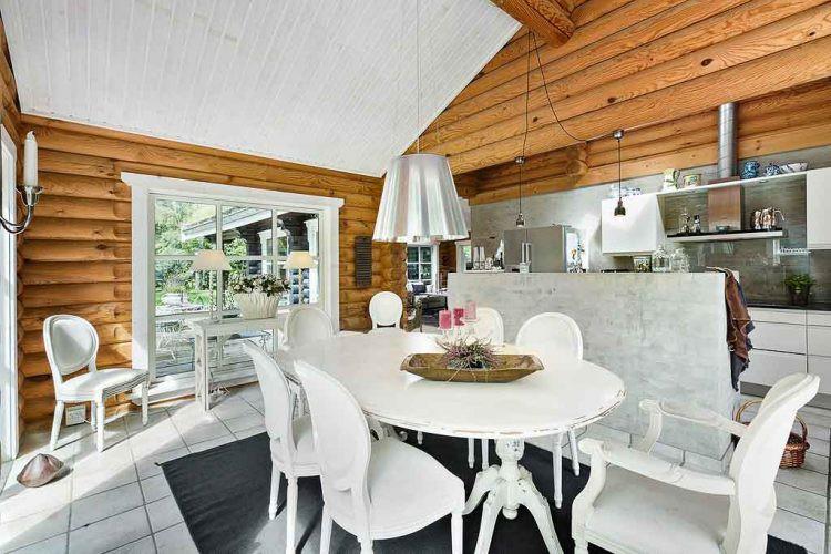 Khu vực bàn ăn được bố trí thuận tiện ngay cạnh bếp. Tông màu trắng chủ đạo được bố trí xuyên suốt tất cả các khu vực chức năng trong ngôi nhà.