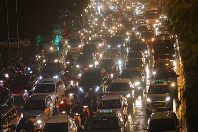 Hà Nội mưa tầm tã, đường tắc nghẹt khắp ngả - ảnh 17