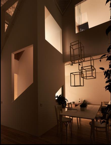 Với thiết kế đặc biệt này, vào ban đêm chỉ cần bật một nguồn đèn, ánh sáng có thể chiếu sáng nhiều khu vực, giúp tiết kiệm điện năng.