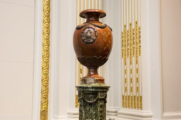 Cũng trong Phòng Hội Nghị này, chiếc bình Czar Nicholas II của Nga, làm từ đá và bạc cũng được trưng bày từ năm 1904 đến nay.