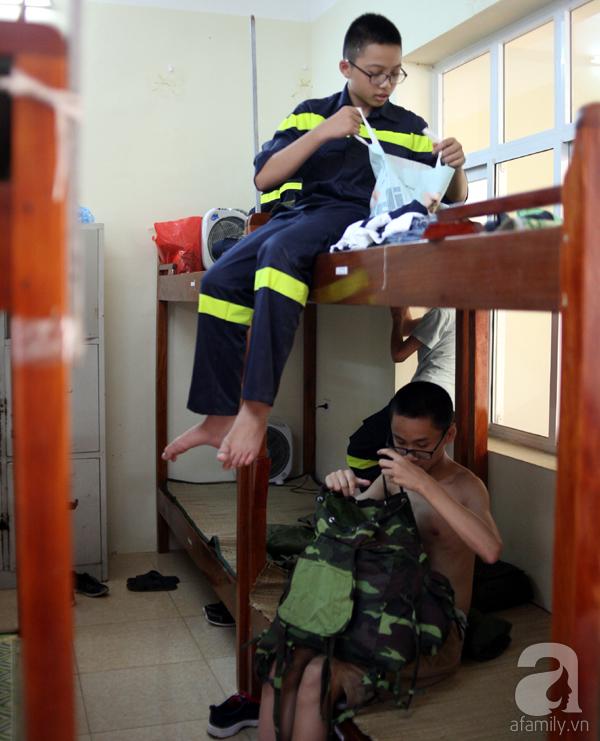 Cận cảnh căn phòng là nơi sinh hoạt, ăn ở của các học sinh trong 8 ngày của khóa học. Các em sẽ phải thực hiện nghiêm các điều lệnh của lực lượng Công an.
