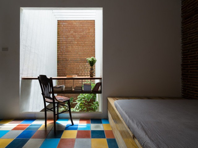 Trên tầng 2 là 3 phòng ngủ rộng thoáng được thiết kế đẹp mắt với sàn nhà gạch hoa đủ sắc màu.