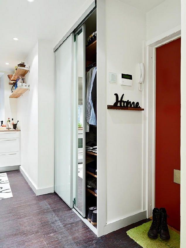 Nổi bật trên tông màu trắng chủ đạo của ngôi nhà là màu đen của sàn nhà. Chính gam màu tối giúp căn hộ trở nên sang trọng hơn.