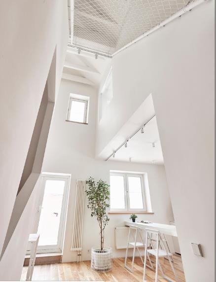 Ngôi nhà có tông màu chủ đạo là trắng và gỗ thông với nội thất đơn giản, nhỏ gọn.