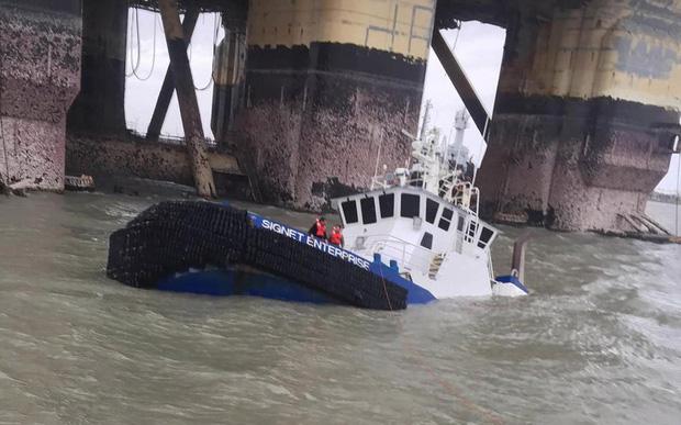 Rất nhiều tàu thuyền trên bến cảng bị hư hỏng nặng.