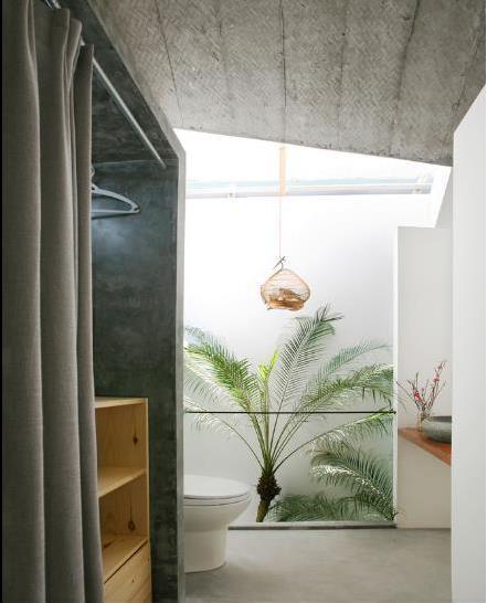Góc vệ sinh trên tầng 2 tuyệt đẹp với cây xanh.