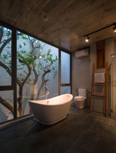 Phòng tắm rộng thoáng được thiết kế ngay cạnh giếng trời.