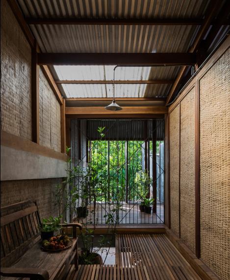 Với thiết kế đặc biệt, ngôi nhà luôn được cung cấp luồng không khí trong lành, gió và ánh tráng tràn vào mọi ngóc ngách.