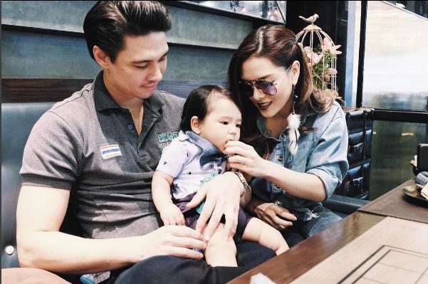 Tiểu thiên thần của họ có lẽ chính là một trong những em bé hạnh phúc nhất thế giới khi được cả ba lẫn mẹ quan tâm, chăm sóc, yêu thương.