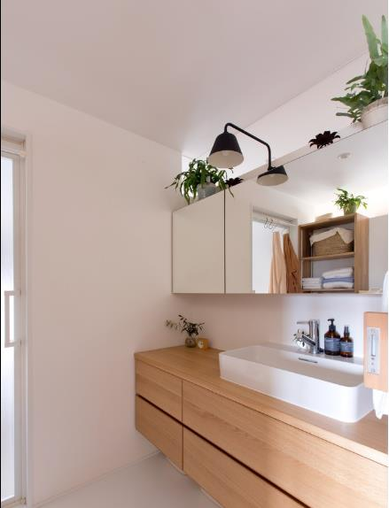 Khu vệ sinh được thiết kế đơn giản nhưng sạch sẽ và tươi mát nhờ cây xanh.
