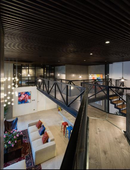 Sàn tầng 2 được thiết kế với lối đi di chuyển đến các phòng hình chữ Y lạ mắt.