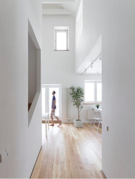 Với rất nhiều ô cửa sổ lớn nhỏ nên ngôi nhà lúc nào cũng tràn ngập ánh sáng tự nhiên.