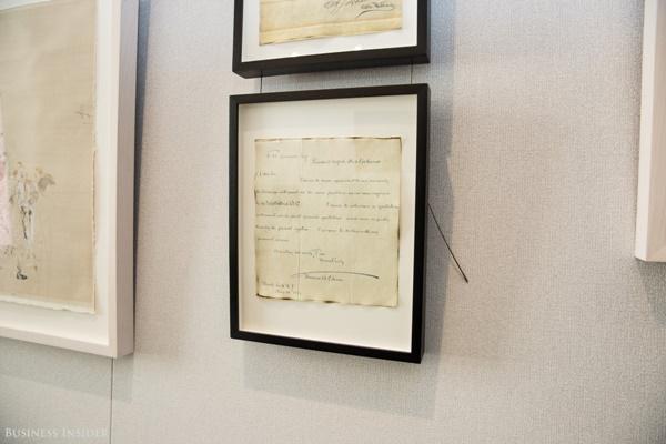 Trong phòng Kế Toán có trưng bày một bức thư của Thomas Edison, người đã giúp cải thiện hệ thống thông tin, liên lạc của sàn giao dịch, giúp cho sàn giao dịch gửi thông tin giá cả tới cho các nhà đầu tư trên khắp cả nước.