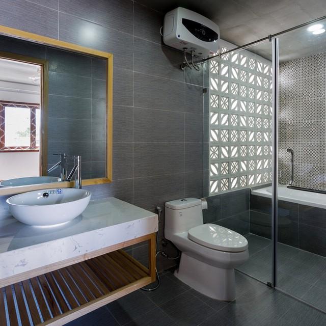 Nhà tắm sạch bóng với đầy đủ tiện nghi.