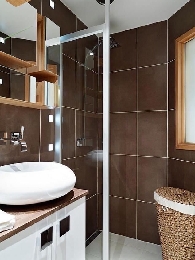 Bồn tắm đứng với cửa kính ngăn cách giúp không gian nhỏ thoáng hơn.