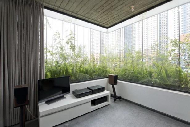 Ngôi nhà được thiết kế theo không gian mở nhìn ra bên ngoài để thuận lợi cho việc ngắm nhìn cây xanh cũng như khung cảnh thành phố xung quanh.