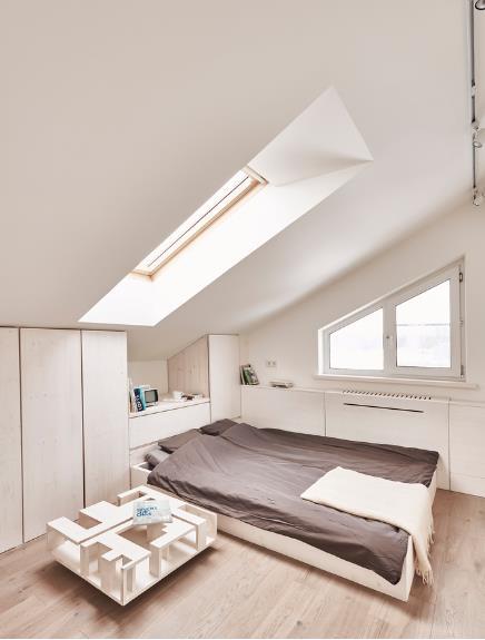 Phòng ngủ bài trí đơn giản và tiện nghi với tủ ấm tường.