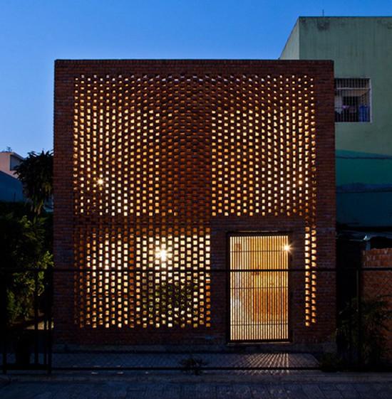 Vào ban đêm với ánh sáng của đèn điện, ngôi nhà nhìn từ bên ngoài tựa như một chiếc đèn lồng khổng lồ.