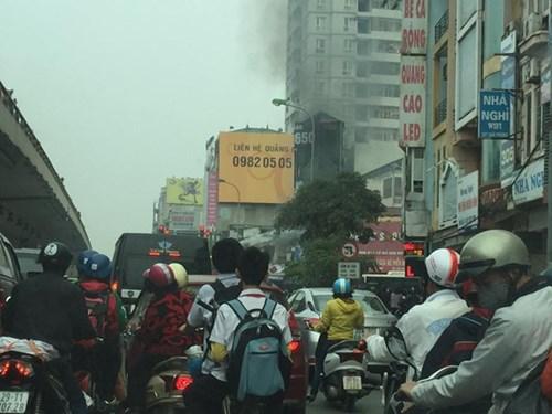 Giao thông gần khu vực xảy ra hỏa hoạn bị ùn ứ do người đi đường hiếu kỳ dừng lại để xem cháy.
