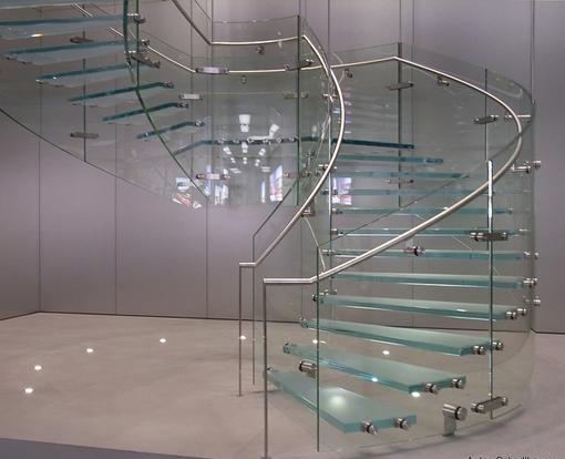 Bề mặt kính cường lực còn có khả năng chống xước tốt, luôn sáng bóng và tươi mới theo thời gian, không bị cong vênh hay mối mọt như các cầu thang thông thường.