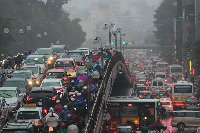 Hà Nội mưa tầm tã, đường tắc nghẹt khắp ngả - ảnh 4