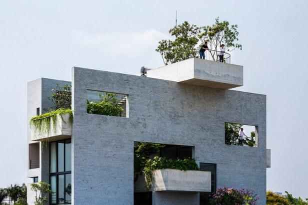 Những khu vườn nhỏ xinh xắn được đặt khéo léo xen kẽ giữa các tầng để đảm bảo mọi không gian chức năng đều tràn ngập cây xanh và bóng mát.