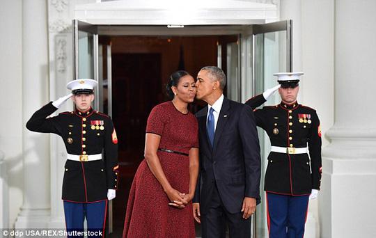 Trong khi đó, ngôn ngữ cơ thể cho thấy mối quan hệ giữa vợ chồng Obama hết sức hoàn hảo. Ảnh: Shutterstock