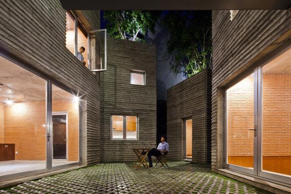 Ngôi nhà này cũng chính là công trình được xây dựng bằng tre pha bê tông cốp tại Việt Nam, việc sử dụng vật liệu đơn giản, sẵn có góp phần giảm chi phí một cách hiệu quả cho chủ nhà.