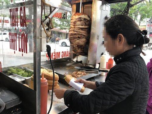 Các xe đẩy bán bánh mì doner ở vỉa hè thu lãi tiền triệu mỗi ngày, thậm chí vài triệu đồng mỗi ngày tuỳ thuộc vào số thịt bán được nhiều hay ít