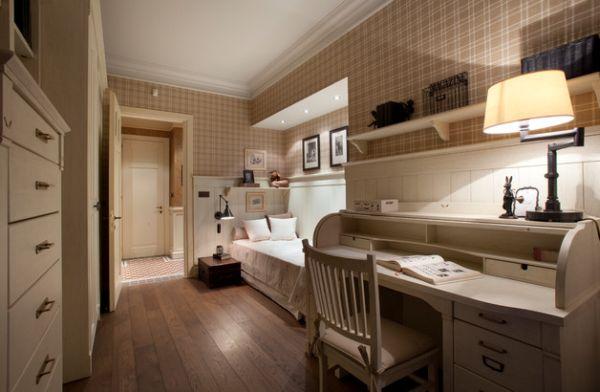Với thiết kế nội thất sáng tạo, phòng ngủ này mang đến cho người dùng 1 không gian thoải mái bao gồm cả bàn làm việc, kệ để đồ, 1 chiếc giường ngủ nhỏ xinh.