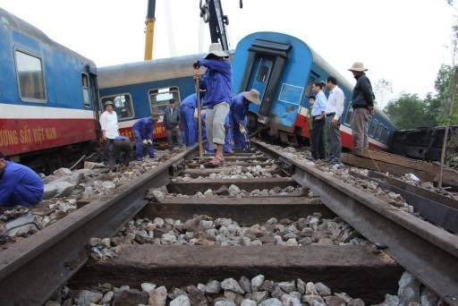 Lực lượng công nhân sửa chữa đường ray sau khi các toa tàu được cẩu ra