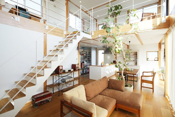 Trong không gian sống của họ từ sàn nhà, cầu thang, kệ để đồ, bàn, ghế, giá sách….tất cả đều được làm từ gỗ.