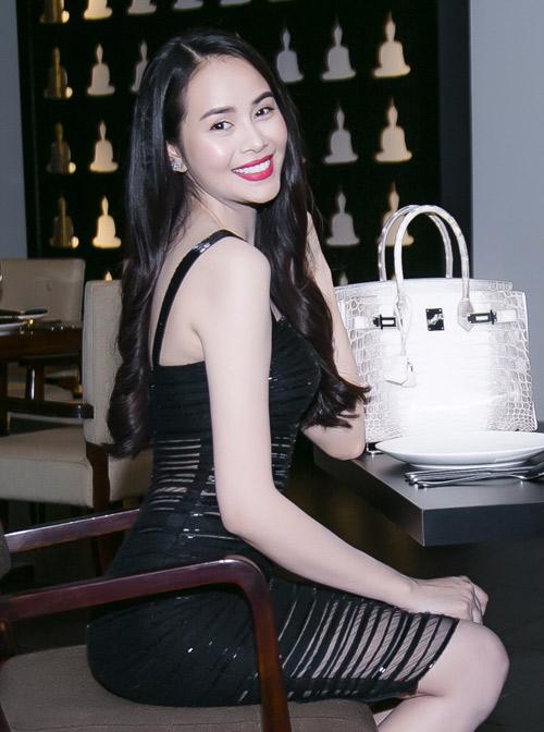 Riêng chiếc túi của Hoa hậu Hải Dương có chút khác biệt vì phần khóa đính kim cương. Nếu theo đúng thông tin thì đây chính là chiếc túi Birkin đắt nhất thế giới, có giá trị lên đến... 5 tỷ đồng!!!