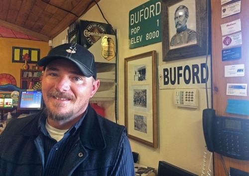 Jason Hirsch trong cửa hàng tiện lợi do ông điều hành tại Buford. Ảnh: Casper Star-Tribune.
