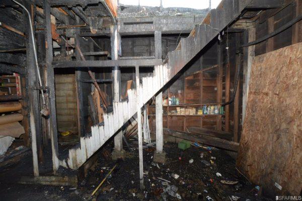 Nhìn bề ngoài ngôi nhà không đến nỗi nào nhưng khi bước vào bên trong là cả một cảnh tượng hoang tàn, đổ nát.