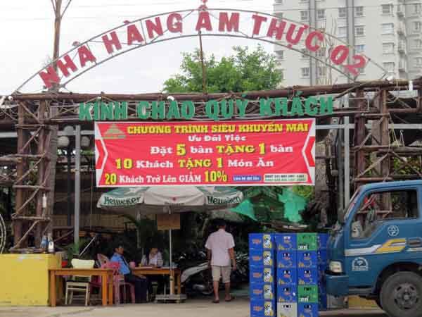 Khu đất mặt tiền đường Nguyễn Hữu Thọ, dù đang bị gia đình bà Phạm Thị Lụa khiếu nại, nhưng Cty TNHH Điện tử Tiến Đạt vẫn cho thuê làm quán nhậu, làm phòng khám. Ảnh: Giáng Thăng