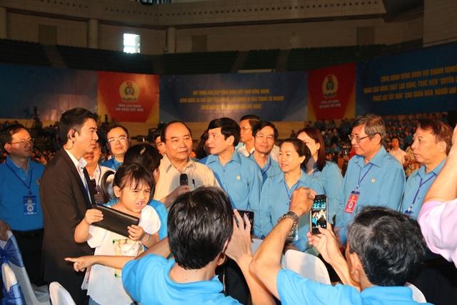 Thủ tướng Nguyễn Xuân Phúc khiến nhiều công nhân xúc động khi tặng căn nhà cho chị Sương, công nhân có hoàn cảnh khó khăn