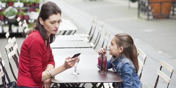 Hãy để điện thoại sang một bên khi dành thời gian với con (Ảnh minh họa).