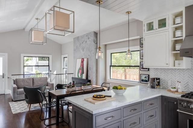 Không gian bên trong ngôi nhà rộng thoáng và có view nhìn ra bên ngoài tuyệt đẹp. Một sự kết hợp hoàn hảo giữa tông màu nhạt của sàn gỗ cùng những bức tường trắng sáng tạo nên một thiết kế tổng thể xuyên suốt và sang trọng.