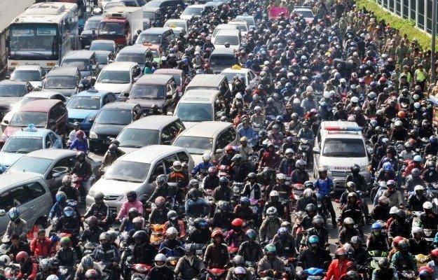 Xe máy và ô tô, ai là tội đồ gây ra ùn tắc giao thông? (ảnh: VietNamNet)
