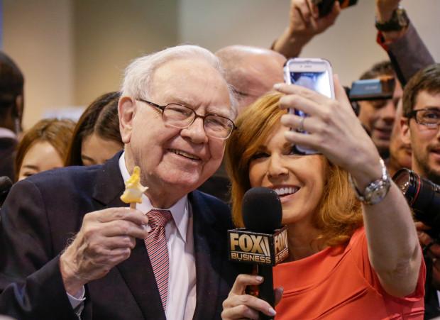 Vị tỷ phú đầu tư chụp ảnh tự sướng với phóng viên