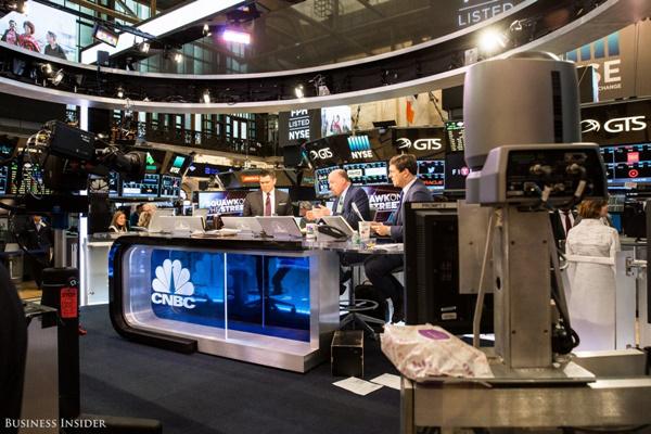 Ngay sau khi phiên giao dịch được mở cửa, chương trình Squawk on the Street của đài CNBC cũng bắt đầu được lên sóng.