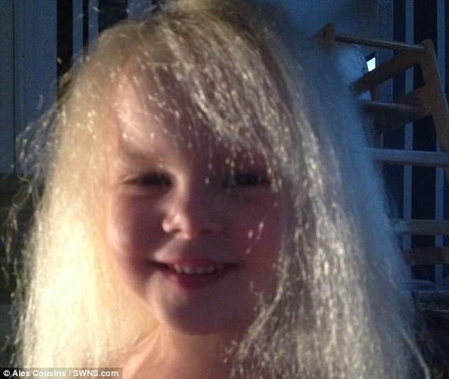 Cận cảnh mái tóc bất trị của Lyla.