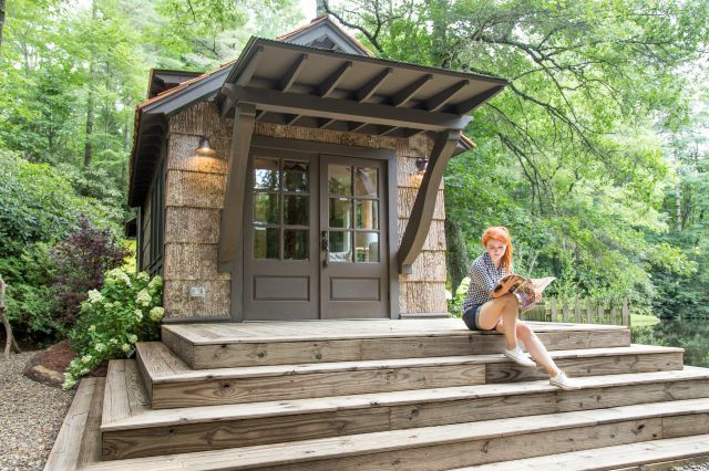 Phía trước nhà là một khoảng hiên rộng làm bằng gỗ. Nơi đây có thể dùng làm không gian nghỉ ngơi, thư giãn ngoài trời lý tưởng cho chủ nhà